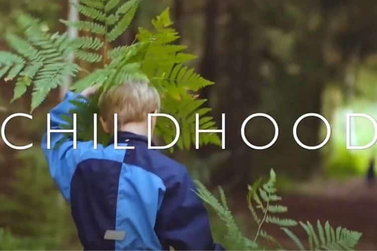 Δείτε το τρέιλερ του μοναδικού βραβευμένου ντοκιμαντέρ Childhood και δηλώστε συμμετοχή για να το δείτε δωρεάν