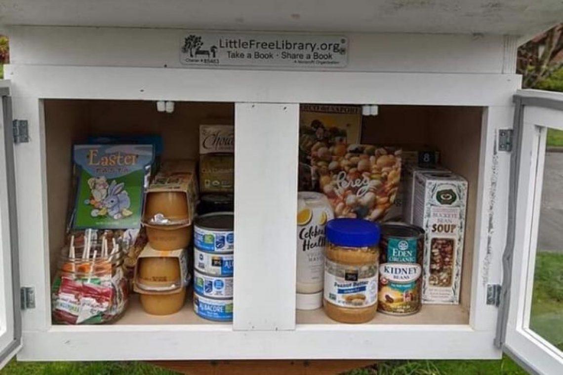 Υπαίθριες βιβλιοθήκες μετατρέπονται σε σταθμούς τροφίμων για τους γείτονες που τα χρειάζονται